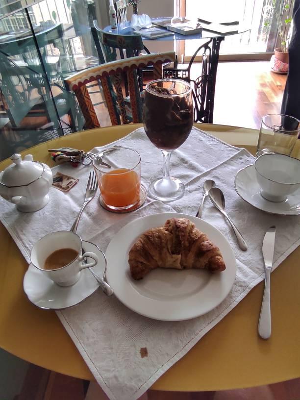"""""""tavolo con colazione brioches granita caffe"""""""